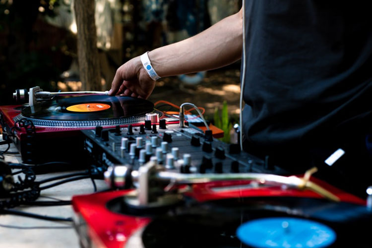 Top 10 Cheap DJ Turntables in 2021