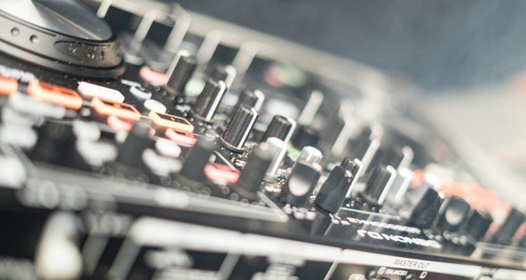 Tips On Buying A Good DJ Controller For Beginners